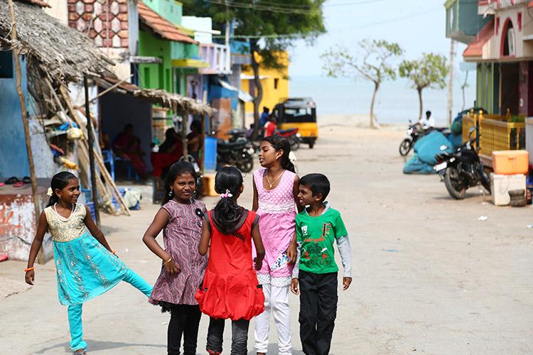子どもがのびのび育ちそうな、海沿いの村。