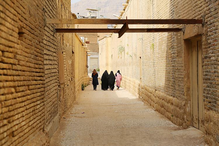 チャードルを纏ったイランの女性たち