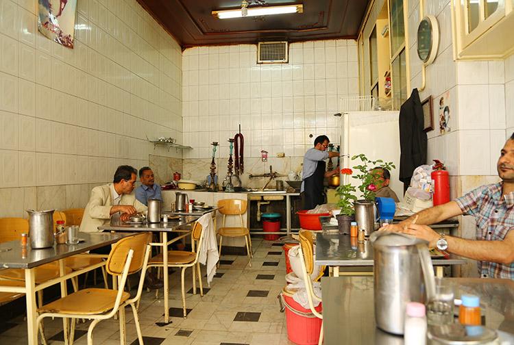ローカルの食堂