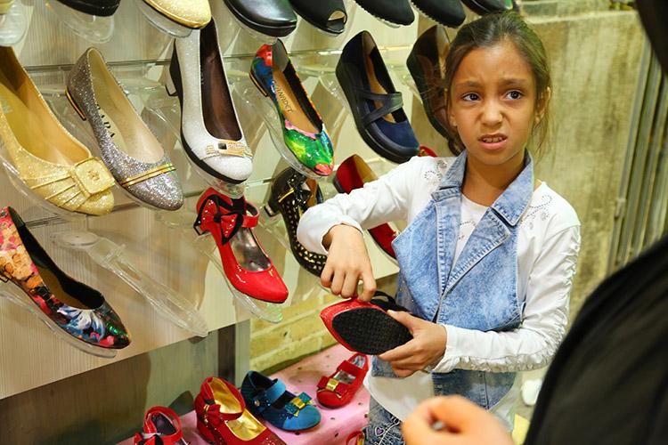 靴を選ぶのに真剣なチビッ子