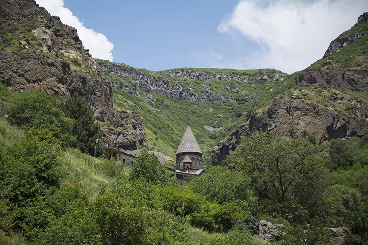 崖の森の中にトンガリ屋根