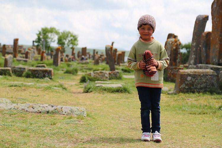 毛糸の帽子や手袋を売る女の子。
