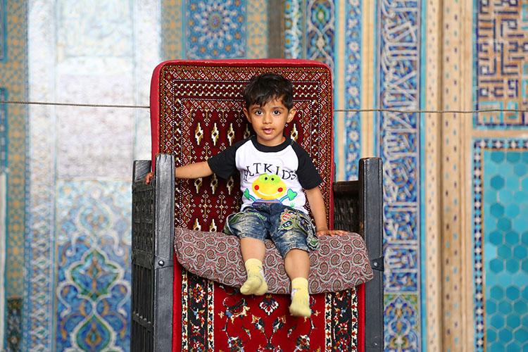 モスクの中の男の子