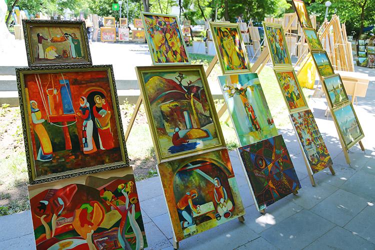 公園の広場には絵画展