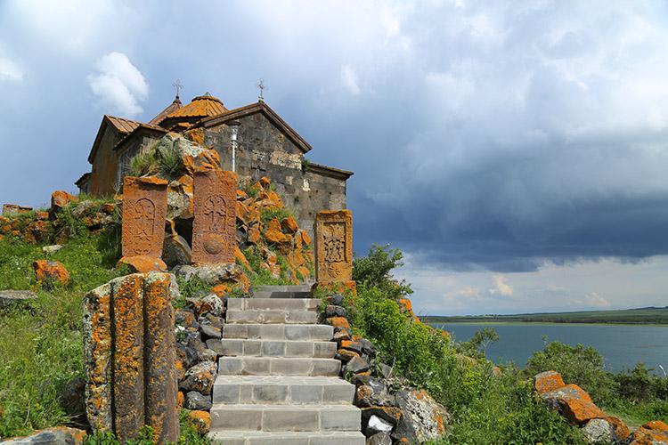 セヴァン湖のほとりの教会