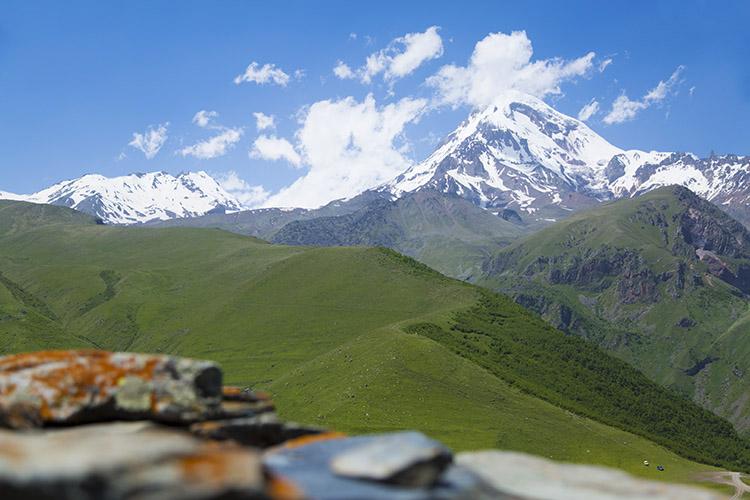 教会越しに見えるカズベキ山
