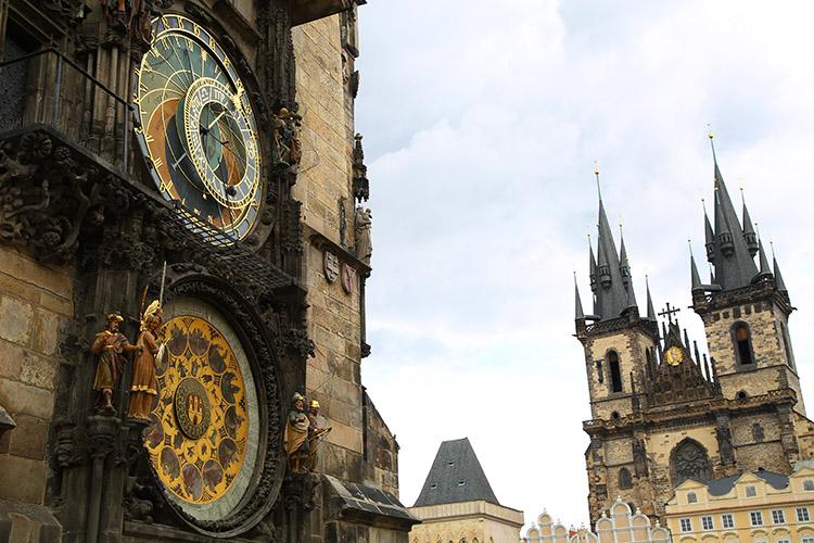 時計塔とゴシック様式の教会