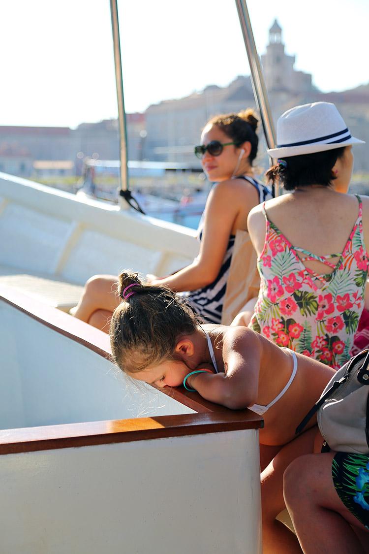 グラスボートの底を覗き込む女の子