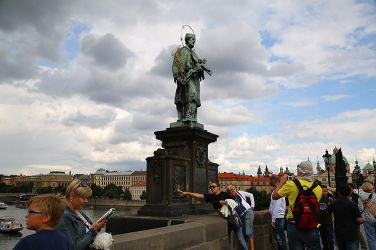像の台座のレリーフ
