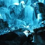 サファイヤのように青く輝く神秘の洞窟