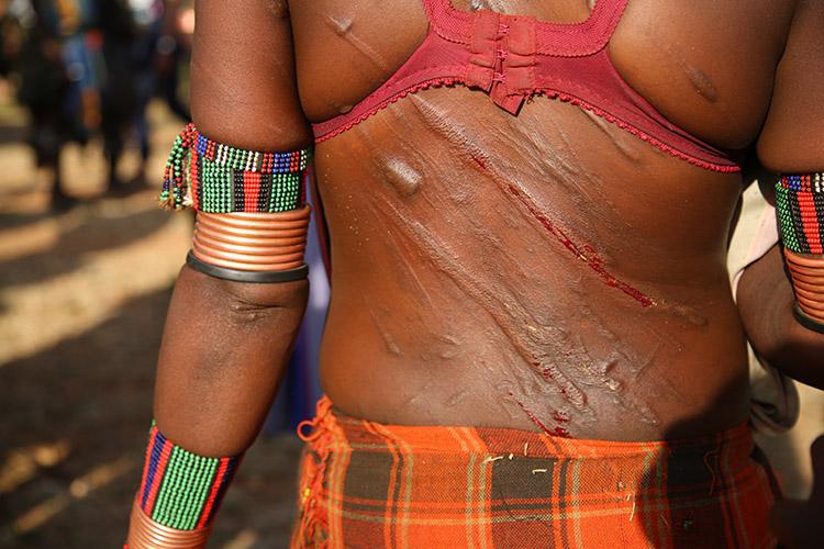 エチオピア ディメカ ムチ打ち ハマル族