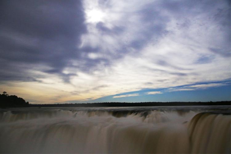 イグアスの滝 アルゼンチン ルナレインボー 満月 フルムーンウォークツー
