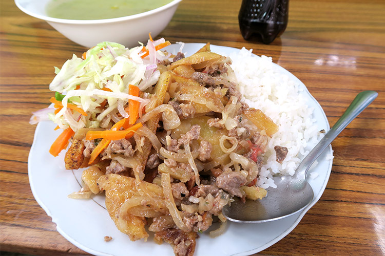 ペルー プーノ 食事 ご飯 市場 ロモサルタード