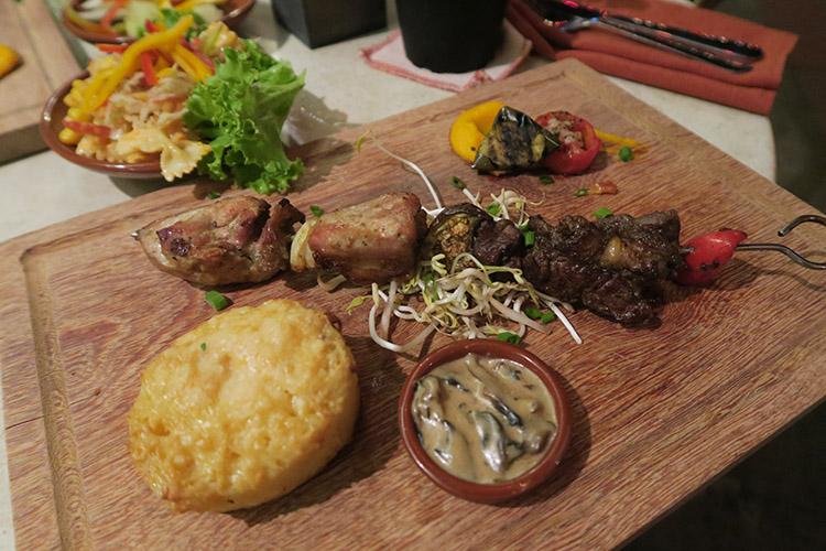 パラマリボ 食事 レストラン