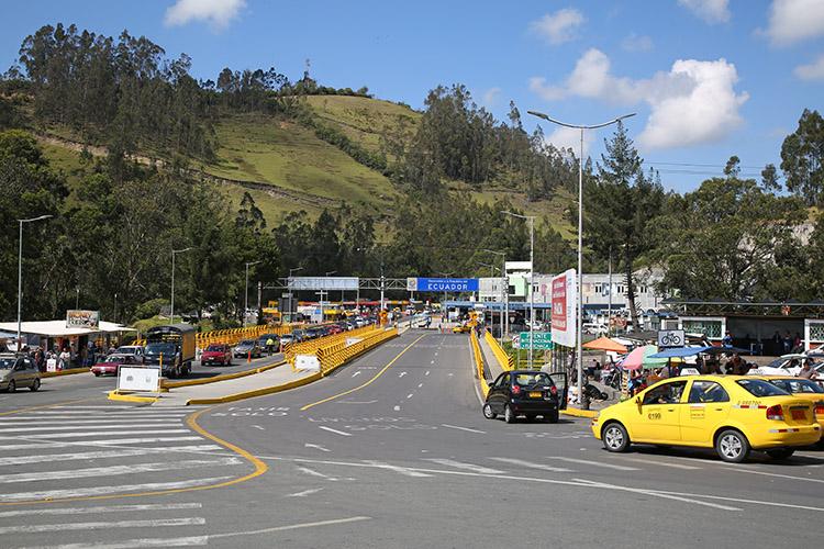 コロンビア イピアレス エクアドル 国境