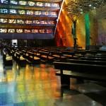虹色に輝く教会
