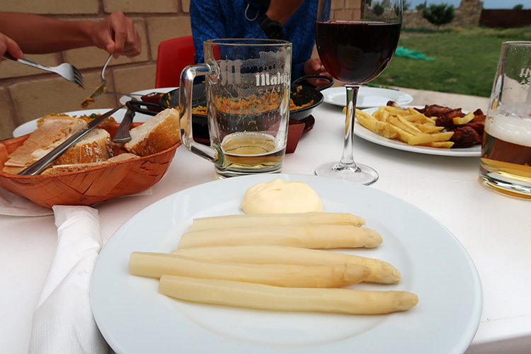 HORNILLOS del CAMINO カミーノ アルベルゲ レストラン