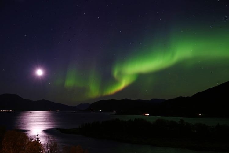 月とオーロラ 北欧